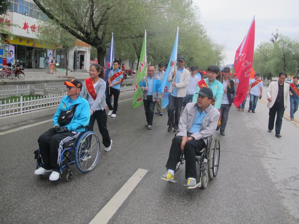 """2014年迎州庆""""健康—我的梦想""""为主题德令哈地区残疾人户外徒步活动"""